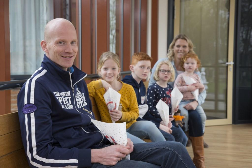 Samen met zijn vrouw Hanna en de kinderen Jefta, Lotte, Julia en Marthe bakte Pieter Cnossen patat bij Erve Leppink.  © Persgroep