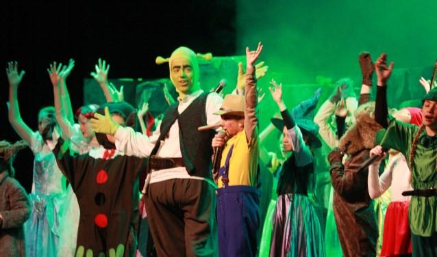Shrek, Rick Tannemaat schitterde in het samenspel met de jongere acteurs. (Foto: Eveline Zuurbier)