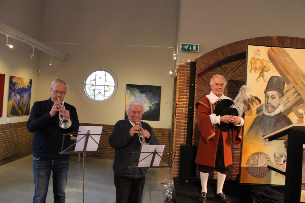 De opening bestond uit de onthulling van een schilderij van Noorder Art onder trompetgeschal van de trompettisten Jan Kraajenbrink en Gerrit Eppink in het bijzijn van 'Prins Maurits'.  Foto: Leo van der Linde © Persgroep