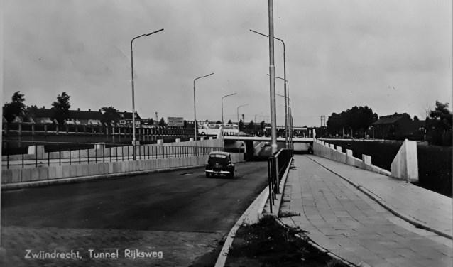 Ansichtkaart van de pas geopende Koninginneweg. Hier ging men de snelweg en verderop het spoor onderdoor. (FOTO:Collectie HVZ)