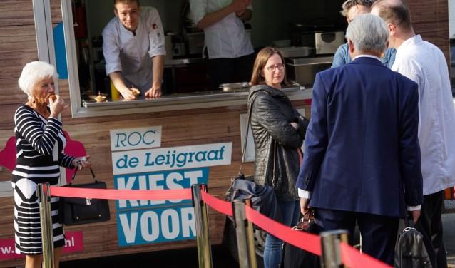 Bij de ingang stond een foodtruck waar iedereen welkom werd geheten. (foto: Tom Oosthout)