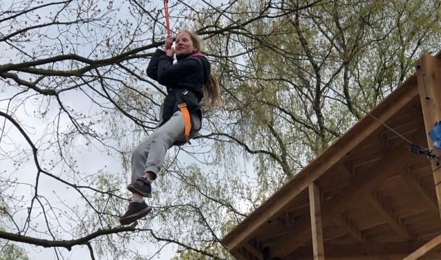 Anna Hartman in het klimbos. FOTO: Lydia van der Meer