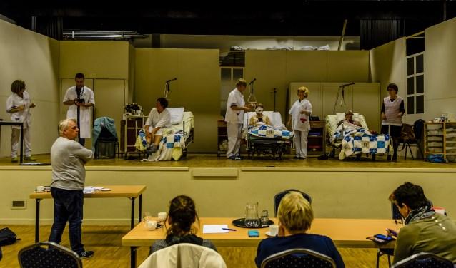 De Vriendenkring met regisseur Henk van de Ven zijn volop bezig met de repetities van de klucht. Foto: Ton van de Vorst