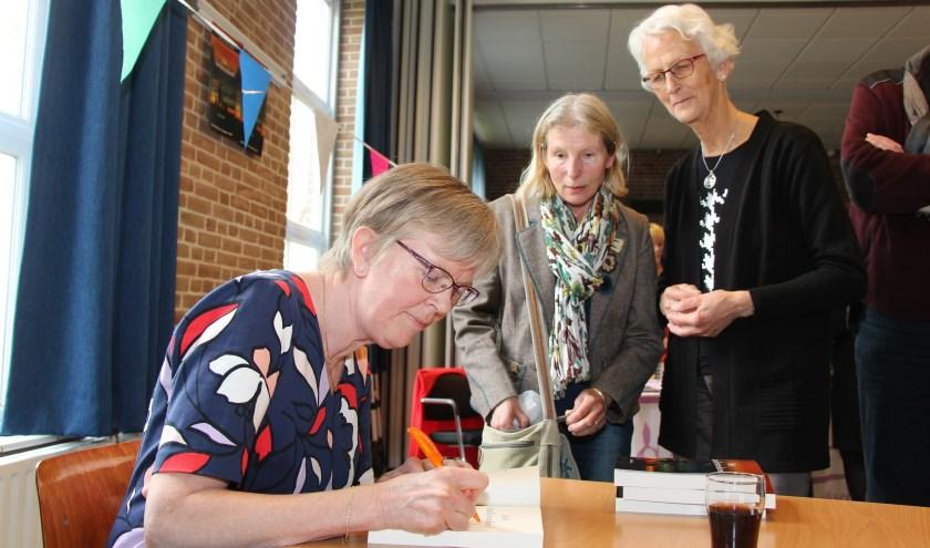 In De Wieken in Elst signeert Klaske Bakker haar nieuwe boek Het Familieweekend. (foto: Eric van Haalen)
