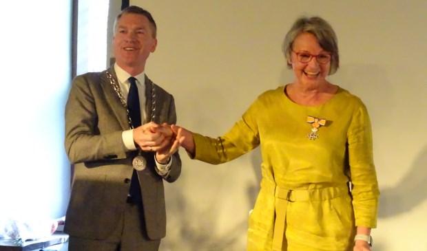 Ien Stijns kreeg haar lintje opgespeld door Peter Rehwinkel, waarnemend burgemeester van de gemeente Zaltbommel.