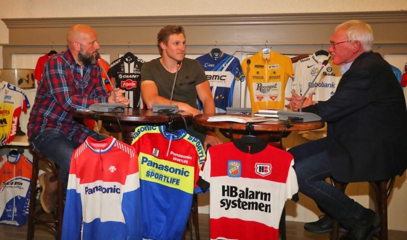 Interviewers Ralph Blijlevens en Harry Middeljans bevragen wereldkampioen baanwielrennen Jeffrey Hoogland (midden) tijdens het wielercafé in 2018. Foto: Dick Soepenberg
