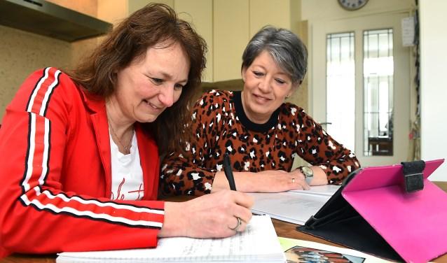 Ingrid Slutter en Sandra Gries van koor The Voices Etten. (foto: Roel Kleinpenning)