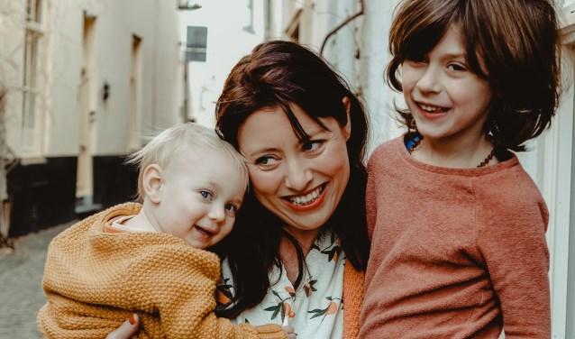 Schrijfster met haar twee kinderen