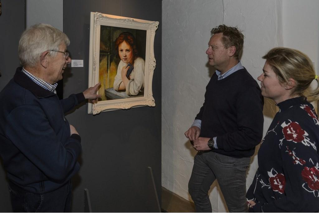 Op een schilderij was de dromerigheid van het meisje voor het raam gebleven, maar het steelpannetje had plaats gemaakt voor een i-phone.  Foto:  © Persgroep