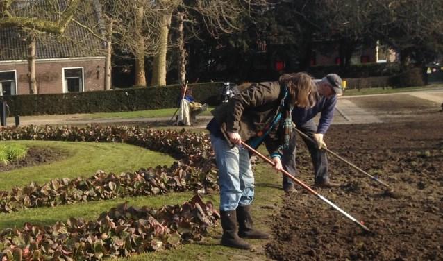 Een vrijwilliger kan tuinwerkzaamheden verrichten, maar ook een bezoekje brengen of zorgen voor vervoer. Foto: Welzijn Stichtse Vecht