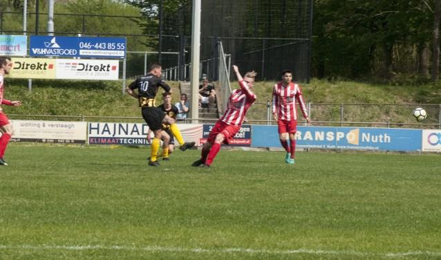 Tim Bombeek schiet De Valk naar 0-1, helaas was het niet genoeg om punten mee te nemen.