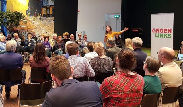 Suzanne Kröger in gesprek met belangstellenden over de groei van luchtvaart. (Foto: José van der Burg)