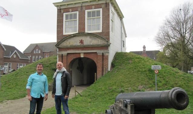 Willem de Leeuw (links) en Pepijn Muller op het binnenplein van Fort Isabella, dat in het paasweekend zich vult met de eerste Fort Isabella Fair.