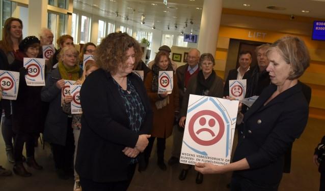 Vorig voorjaar overhandigden omwonenden van de Fluwelensingel aan wethouder Hilde Niezen een petitie o.a. tegen de komst van een supermarkt. Foto: Marianka Peters