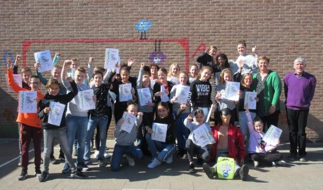 De leerlingen van groep 8 van de J.C. van der Walschool zijn geslaagd voor hun EHBO-diploma. Tekst en foto: Ria van Vredendaal