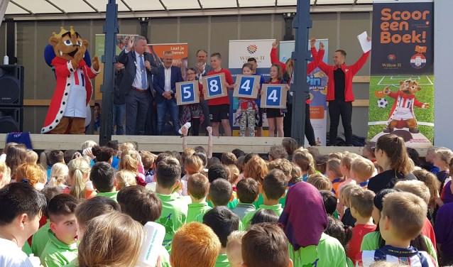 Aangemoedigd door profvoetballer Pol Llonch van Willem II lazen leerlingen van 54 basisschoolklassen binnen 10 weken samen 5.844 boeken. foto: Jan Loonen