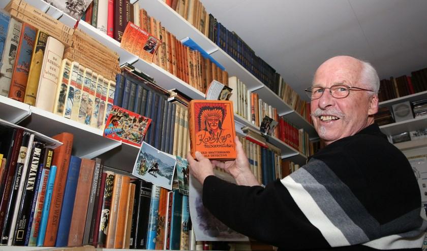 'Van de 3000 boeken die ik heb, zijn er ongeveer 600 van de hand van Karl May.' FOTO: Theo van Sambeek.