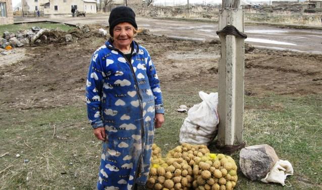 De overvloed aan groenten die niet bewaard kunnen worden, worden verkocht op de lokale markt. (Foto: Mensenkinderen)