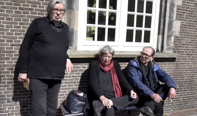 Maarten van Rossem, zus Sis en broer Vincent genieten even van de pauze tussen de opnames door. Foto: Marianka Peters