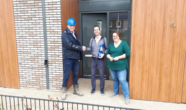 Emmy Smits en Arnold van Driel ontvangen de sleutel van hun nieuwbouwwoning bij project ParkKwartier.