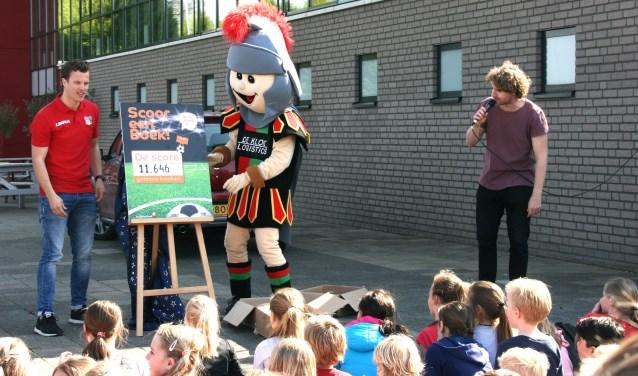 Luc te Riele van N.E.C., mascotte Bikkel en Kees Meulendijks van de Bibliotheek Gelderland Zuid maakten de 'score' bekend.