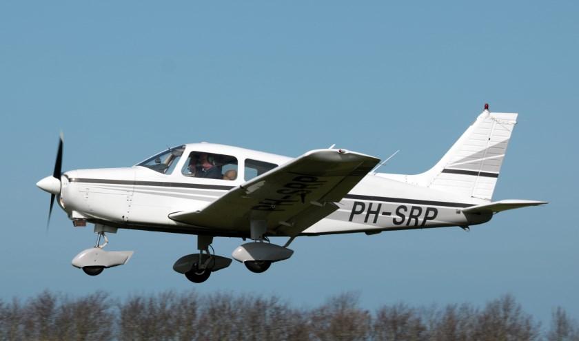 Het lesvliegtuig van de Aero Club Zeeland in de landing. E. de Bruin