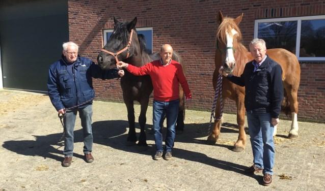 Deze drie heren zijn regelmatig bij Het Leijerweerd te vinden. Gerard Heering staat niet op de foto. De derde persoon op de foto is Hans Busger op Vollenbroek van de manege. Foto: Roselien Slagers.