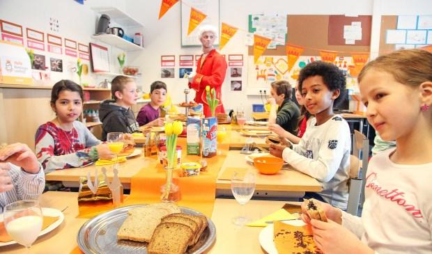 Op scholen door heel Nederland smullen kinderen van een Koningsontbijt.