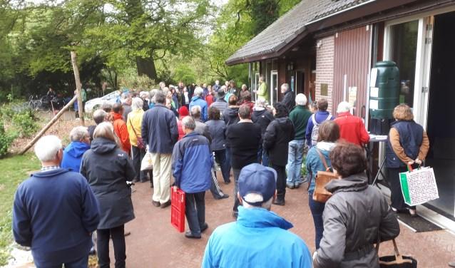Er is altijd grote belangstelling voor de stekkenbeurs in het Arboretum.