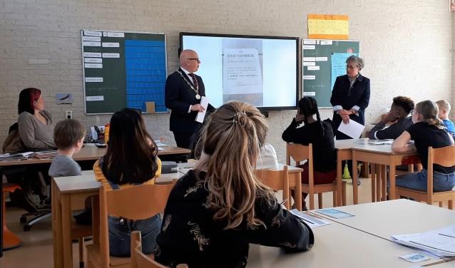 Burgemeester Hans Wagner en Bertie Barendregt gaven 8 april een gastles over 4 & 5 mei op OBS De Overkant...