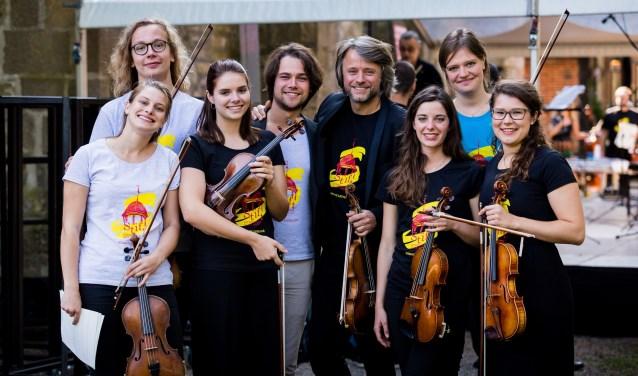 Onder leiding van Daniel Rowland (vierde van rechts) krijgen talenten masterclasses in het kader van het Stiftfestival. Foto: Martine Simkovico