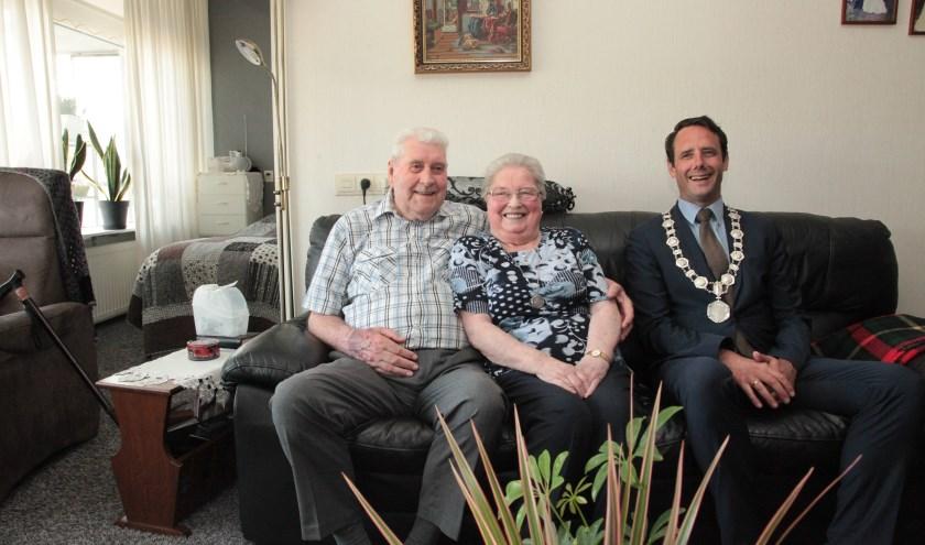 Het paar werd gefeliciteerd door burgemeester Van Schaik. Foto: Lex Schuijl