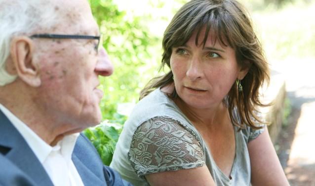 Hélène Kuiters is respijtzorger of, zoals ze dat zelf noemt, 'ontzorgverlener'. Zo kunnen mantelzorgers ook van hun vrije tijd genieten.