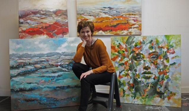 Marly Freij met een paar van de 30 schilderijen, die te zien zijn tijdens de expositie