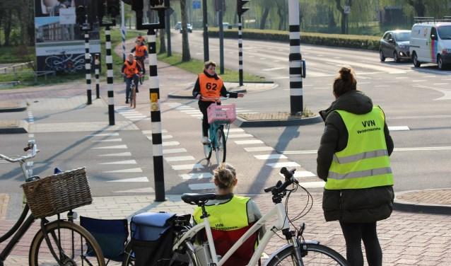 Praktisch verkeersexamen in Veenendaal. Deze controlepost was op de hoek van de Raadhuisstraat ingericht. (Foto's: Pieter Vane)
