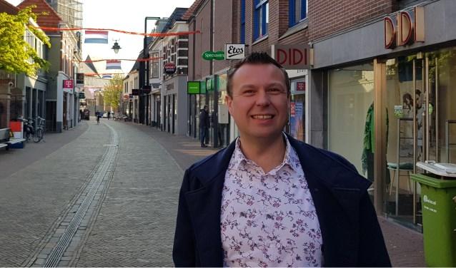 """Matthijs Scheuten - net voor openingstijd - in de Misterstraat. """"Alle winkelstraten hebben we feestelijk aangekleed."""""""