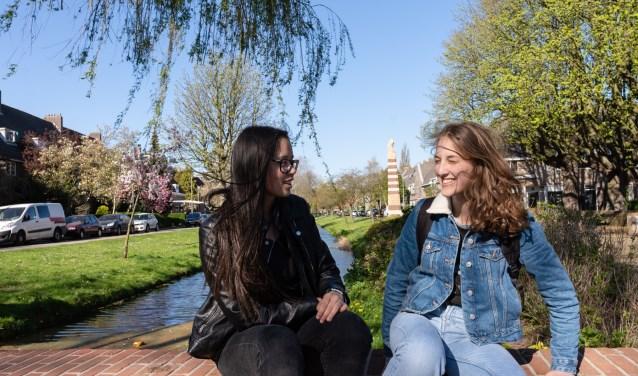 Oltisa en Anastasia aan de Lede in Vreewijk, genietend van Rotterdam in de lente. (Foto: Caro Linares)