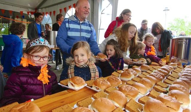 Een broodjes knakworst. Dat is voor de kinderen een ware traktatie op Koningsdag in Heteren. (foto: Kirsten den Boef)