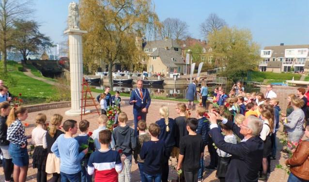 Burgemeester Paans legt uit, dat het zorg dragen voor het monument nu extra belangrijk is, gezien de herdenkingen in 2020.