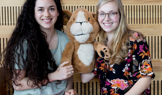 Carmen Groenefelt, Welpje en Lonneke Sanders. Sanders gaat, samen met handpop Welpje workshops gaan verzorgen voor kinderen.