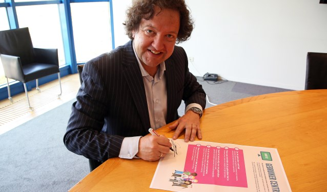 Wethouder George Becht ondertekent Manifest Gebruiker Centraal. FOTO: Alex de Kuijper