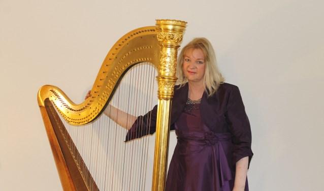 Harpiste Regina Ederveen  verzorgt een programma dat in het teken staat van Lijdenstijd en Pasen. Demuziek wordt afgewisseld met korte meditatieve teksten. (foto: R. Witteveen)