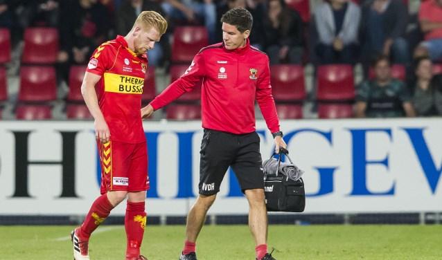 Sportfysiotherapeut Nick van der Horst (rechts) overlegt regelmatig met chirurg Herbert Roerdink van het Deventer Ziekenhuis over zaken als trainingsopbouw of het voorkomen van blessures. (Foto: Erik Pasman)