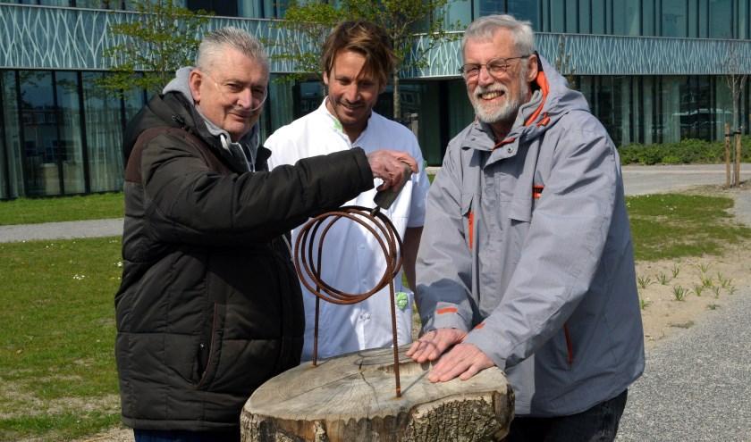 'De tuin biedt andere uitdagingen dan de behandelruimte binnen', vertelt fysiotherapeut Rogier Poot (midden).
