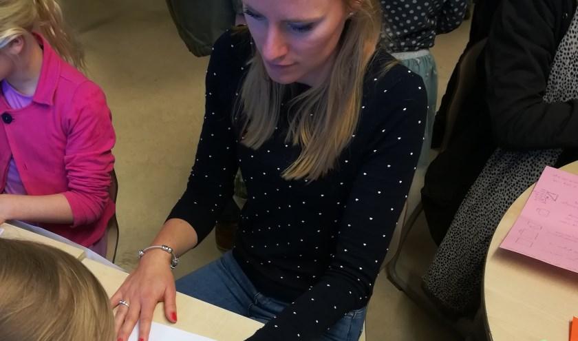 Juf Silvia in de nagelstudio van de Gele Giraffen.