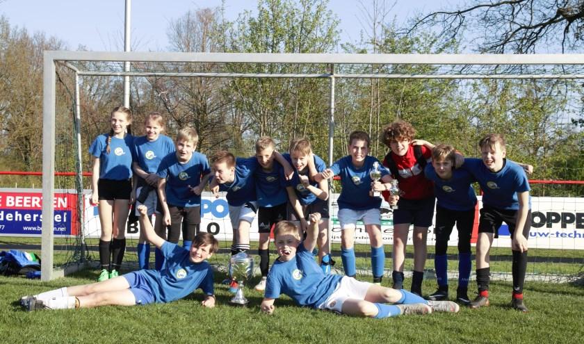 De winnende jongens (boven) en de winnende meisjes (onder).