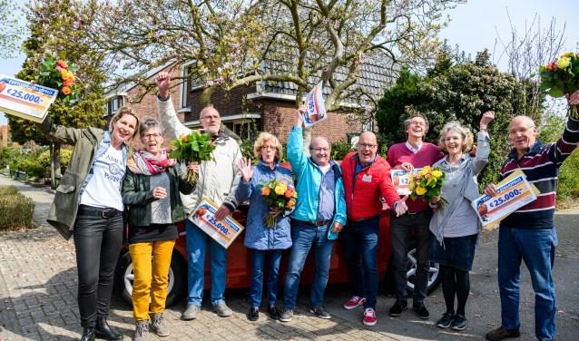 De winnaars worden verrast door Postcode Loterij-ambassadeur Gaston Starreveld met de PostcodeStraatprijs-cheques.(Foto: Roy Beusker Fotografie)