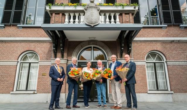 De groep poseert voor het gemeentehuis.