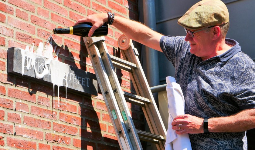 Ad van der Doelen bij de onthulling van het straatnaambord.
