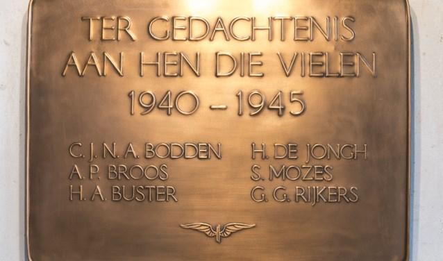 De plaat, met namen van oud-NS'ers, hangt bij de LocHal.